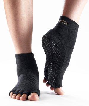 toesox-men-and-women-half-toe-yoga-organic-cotton-ankle-socks-in-black-black-schwarz-m