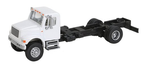 Walthers SceneMaster International 4900 1-Axle Chassis - 1