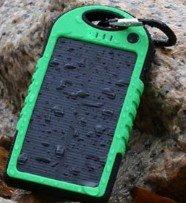 最安 5000mAh防水/防塵/耐衝撃アウトドア向けソーラー 充電器 ソーラーバッテリー 大容量 iPhone・iPad・スマートフォン(スマホ)対応 LEDライト付 モバイルバッテリー /リチウムイオンポリマーバッテリー 極薄・超軽量(グリーン)