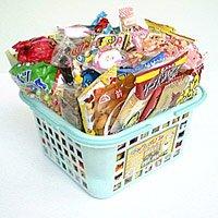 バスケットに駄菓子が75点 【駄菓子詰合せワイワイセット】