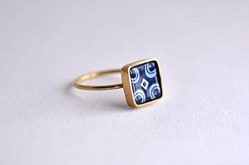 anillo-de-laton-chapado-en-oro-con-vidrio-pintado-de-un-azulejo-portugues