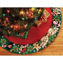 Bucilla 85466 Mary'S Wreath Felt Applique Treeskirt Kit, 43-Inch front-849623