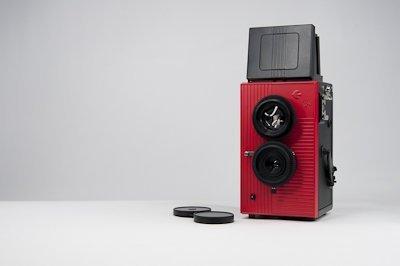 【blackbird, fly(レッド)】35mmフィルム仕様の2眼レフ 広角レンズでビビッドで美しい写り。ホルガロモなどのトイカメラファンも必見のブラックバードフライです。(PowerShovel)