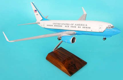 1: 100 スカイマークスSuprem US Air Force ボーイング 737 / C40 with Landing Gear and Wood Stand (並行輸入)