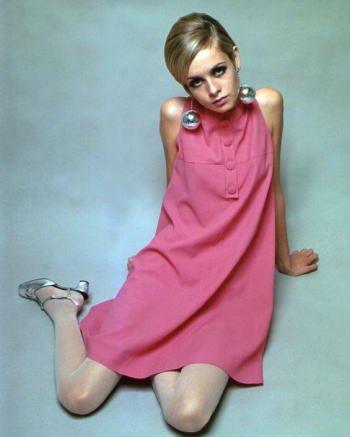 ブロマイド写真★ツイッギーTwiggy/ピンクのワンピースで座る