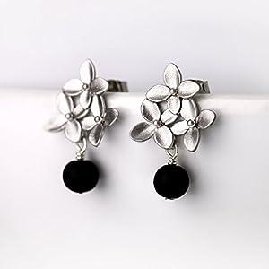 Versilberte Blüten-Ohrstecker mit Onyx-Perle
