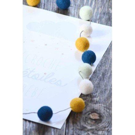 guirlande-20-boules-en-laine-feutree-pour-chambre-denfant-drou-little-poux-bleu-et-ocre
