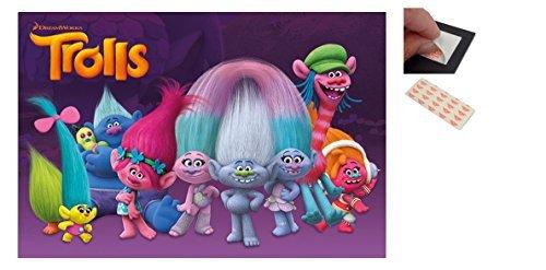 Confezione - 2 Articoli - Troll Personaggi Dreamworks Poster - 91.5 x 61cms (91.4x61cm) e un Set di 4 Cuscinetti Adesivi Riposizionabili Per Facile Fissaggio a Parete