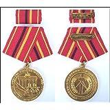 Verdienstmedaille der Kampfgruppen der Arbeiterklasse in Gold, Material Bronze, Ø 31,5 mm, Rückseite mit glattem...