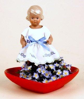 Schildkröt puppe Inge, 18 cm, im roten Keramikherz mit Blumenkränzchen