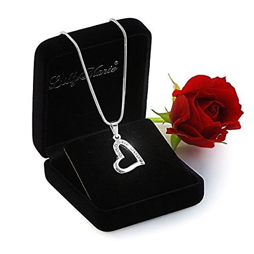 Eine Silberkette und Herzanhänger mit klaren Steinen aus der Swarovski® Elements Kollektion, mit Schmucketui, ideal als Geschenk für Frau oder Freundin