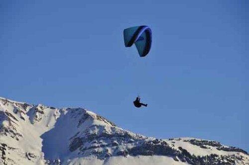 Paraglider über Einem Bergrücken - 60