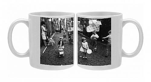 Photo Mug Of Children Playing In The Street, Chorlton-On-Medlock front-999932