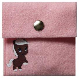 """rosa Brustbeutel mit Velours Bild """"kleines Pferd"""" und mit weißer Kordel"""
