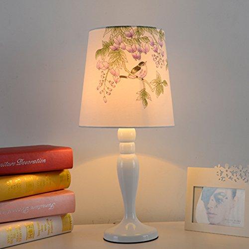 minimaliste-et-moderne-salon-chambre-a-coucher-lit-chaud-de-la-lampe-et-de-gradation-des-lampes-etud