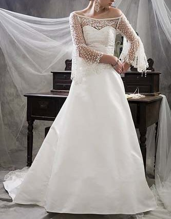 lace wedding dress with sleeves. WEDDING DRESS IN A SIZE 8.