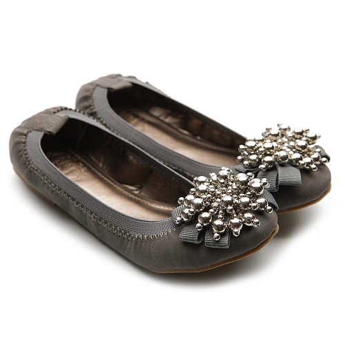 Slip on a pair of women's flats from Steve Madden. Our cute flats for women complement almost any outfit, so you can clock out of your and hit the town in seamless style. Find classic flats in an array of colors and styles, or make it modern with edgy mules featuring trendy embellishments.