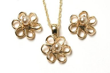 9ct Gold Pearl Daisy Pendant and Earring set.