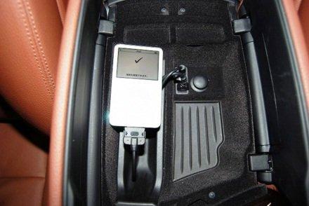 【BMW純正】 BMW F10/F11 5シリーズ USB/オーディオインターフェース取り付けキット