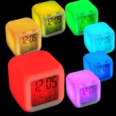 """""""LED CUBE Uhr / Wecker"""" Würfel mit Digitalanzeige von MoodiCare - Alarm Clock mit Temperaturanzeige und Datum - Batterie oder AC"""