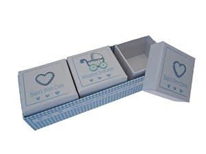 White Cotton Cards - Conjunto de 3 cajitas para guardar la pulsera del hospital, el primer rizo y el primer diente, diseño de cochecito y corazones, color azul de White Cotton Cards
