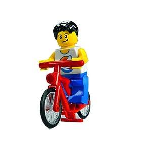 レゴの町のキャンピングカーについているミニフィグの写真