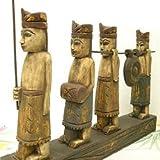 アジアン雑貨 木彫り 『村人の行列 4人』 アンティーク調仕上げ [H.約31cmx横28cm]