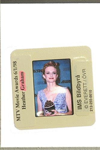 slides-photo-of-heather-graham-holding-her-popcorn-trophy-at-the-mtv-movie-awards