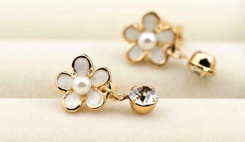 【Kan Sei+】花モチーフ 一粒ダイヤ(CZ)が揺れるイヤリング Kansei+イヤリング袋のセット (白)