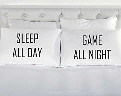 Sleep All Day Spiel All Night Paar Kissenbezüge weiß Kissenbezug Geschenk Weihnachten Geburtstag Teenager Gaming von 60 Second Makeover Limited - Gartenmöbel von Du und Dein Garten