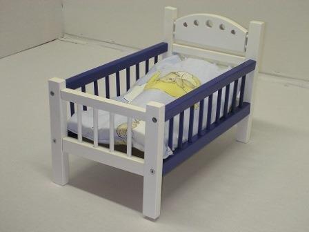 Puppenbett blau/weiß aus Holz mit Bettwäsche