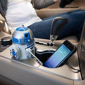 クルマのカップホルダーにすっぽり収まるR2-D2の車載用充電器