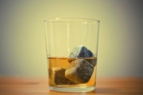 cozyswan-whisky-pierres-ice-cubes-glacons-en-pierre-9pcs-gris-avec-un-sac-de-cordon-en-velours-noir
