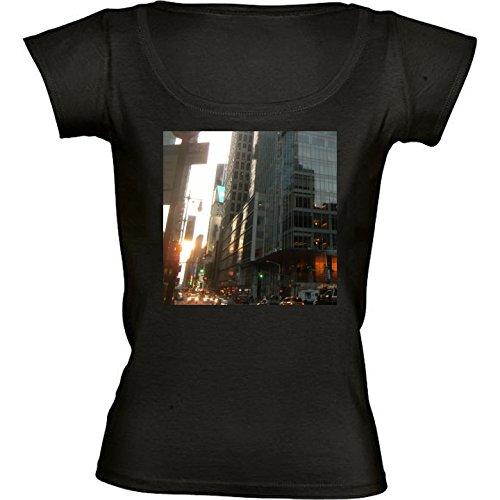camiseta-negro-con-cuello-redondo-para-mujeres-tamano-m-rascacielos-en-hong-kong-2-by-cadellin