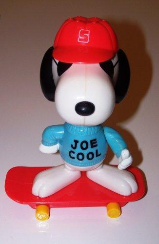 peanuts-snoopy-figur-aus-der-mcdonalds-deluxe-reihe-motiv-joe-cool-mit-skateboard