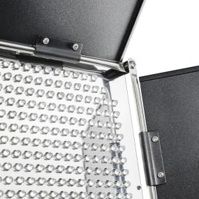 Leistung stufenlos einstellbar mit vier schwarz beschichteten Abschirmklappen