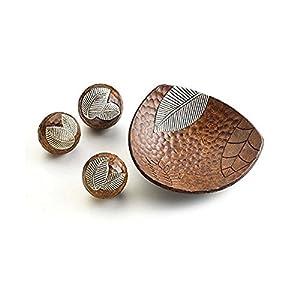 Décoration fade marron avec trois boules en bois