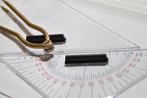 Navigationsset-Navigationsbesteck-mit-Messingzirkel-gebogen