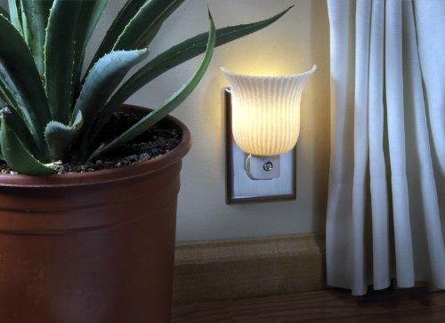 Imagen de AmerTac 71142 lámpara de luz de noche plisado