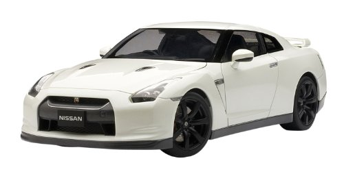 Nissan GT-R w. Matt Black Wheels - White 1:18 Scale Diecast Model