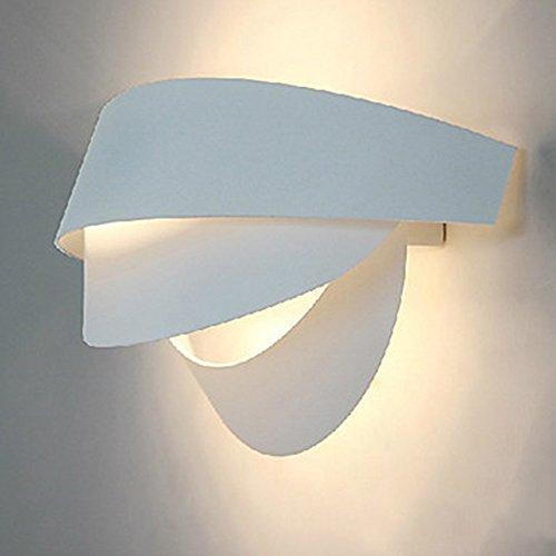 Italia design semplice e moderno sorridente spia muro fronte bianco