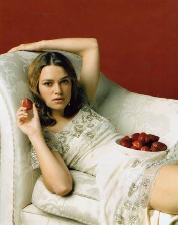 ブロマイド写真★キーラ・ナイトレイ/イチゴを持ってソファーに寝転ぶ/【ノーブランド品】