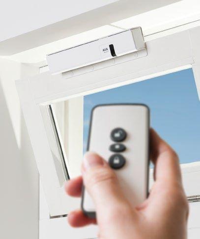 axa-remote-20-fensteroffner-mit-fernbedienung-kippflugelfenster-grau-weiss-alu-line-farbeweiss