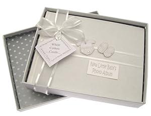 White Cotton Cards - Álbum de fotos para bebé (tamaño pequeño), diseño de texto en inglés y ropita, color plateado de White Cotton Cards en BebeHogar.com