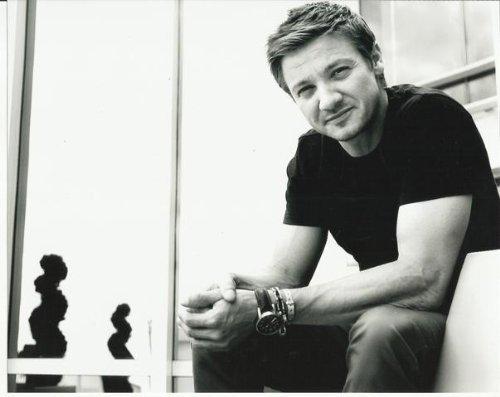 jeremy-renner-hawkeye-close-up-candid-black-white-8-inch-x-10-inch-photo