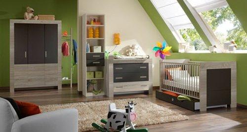 Babyzimmer 4-tlg. in Eiche-Sägerau Dekor mit Absetzungen in Lava, Schrak B. 135 cm, Kommode 109 cm, Wickelaufsatz 74 cm, Babybett 70 x 140 cm
