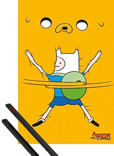 Poster + Sospensione : Adventure Time Poster Stampa (91x61 cm) Finn, Abbraccio Fraterno e Coppia di barre porta poster nere 1art1®