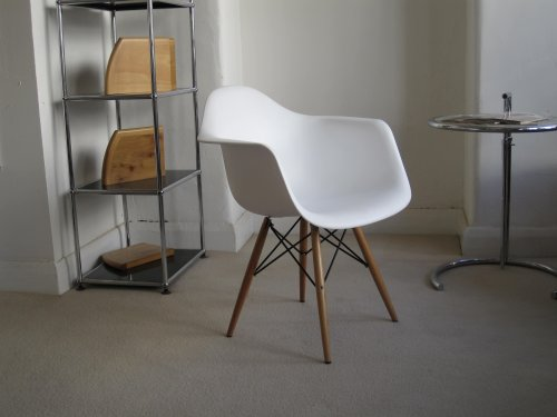 Eames DAW chair in White ABS plastic with Wooden Eiffel legs