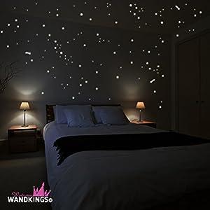 """Adhesivos de pared Wandkings """"250 estrellas y estrellas fugaces para un cielo estrellado"""" fluorescentes y brillantes en la oscuridad en BebeHogar.com"""