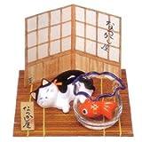 金魚鉢とぶち猫(寝そべり)